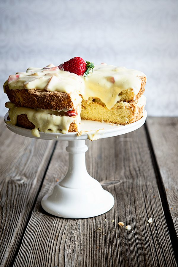 Rustic Italian Spongecake with Creamy Cheesecake Filling dineanddish.net